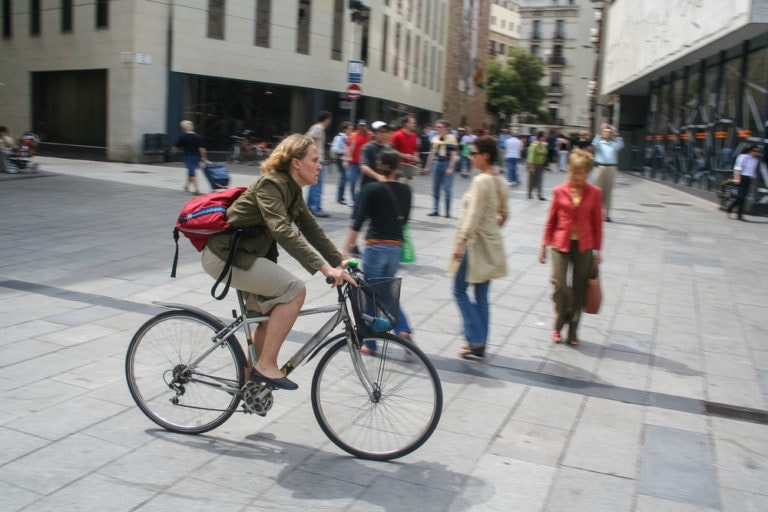 woman using a hybrid bike to commute to work