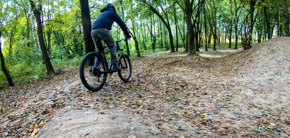 A man riding his hardtail mountain bike through the woods