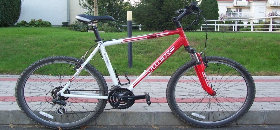the hardtail mountain bike on the street near some houses